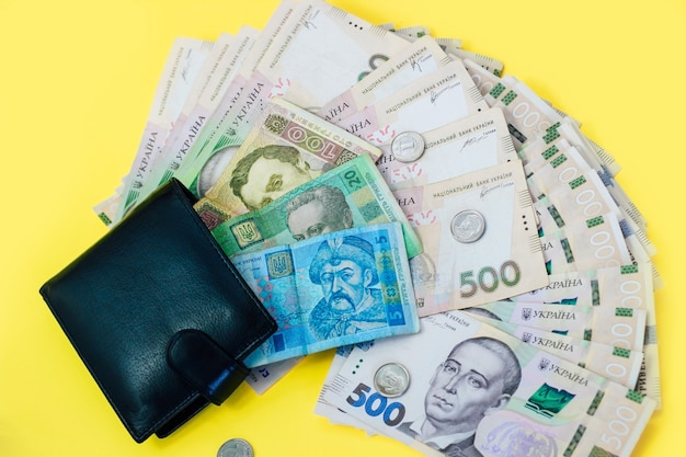 가죽 블랙 지갑에 우크라이나 돈 그 리브냐와 페니.
