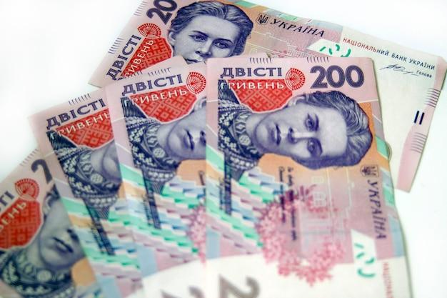 白い背景の上のウクライナのお金グリブナ。国の通貨。 200紙幣または紙幣。ウクライナの汚職