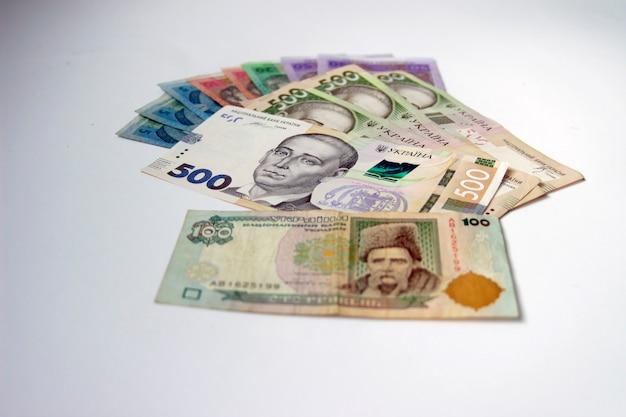 白い背景の上のウクライナのお金グリブナ。国の通貨。 5、10、20、50、100、500紙幣または紙幣。ウクライナの汚職