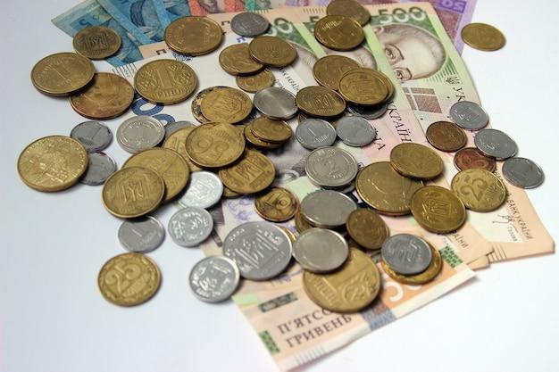 白い背景の上のウクライナのお金グリブナ。国の通貨。 5、10、20、50、500紙幣または紙幣と硬貨。ウクライナの汚職