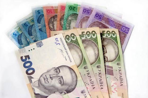 白い背景の上のウクライナのお金グリブナ。国の通貨。 5、10、20、50、500紙幣または紙幣。ウクライナの汚職