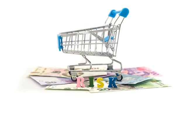 ウクライナのお金リスクという言葉と白い背景の上のショッピングカート
