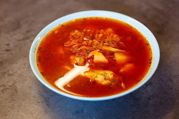 ウクライナの郷土料理の古典的な赤いボルシチ。