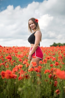 시골에서 꽃을 즐기는 우크라이나어 예쁜 여자. 여름 시간