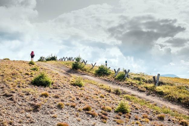 카르파티아 산맥의 우크라이나-루마니아 국경, 등산객은 관광 루트를 극복합니다