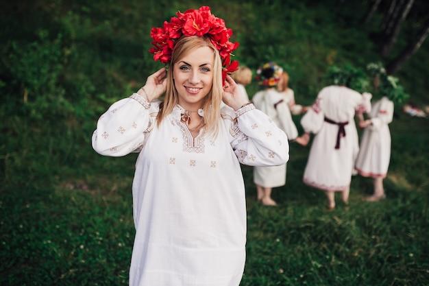 Украинская традиционная девушка улыбается