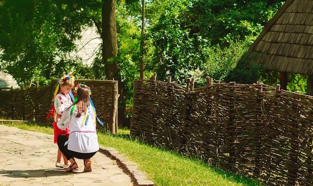 나뭇잎 배경에 대해 우크라이나어 전통 화환