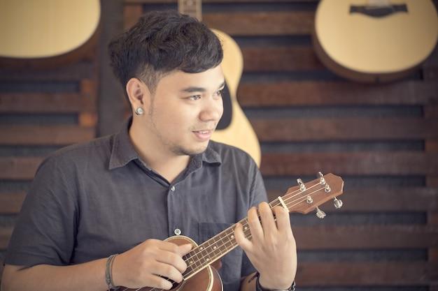 ウクレレギターの先生が学校で音楽を教える