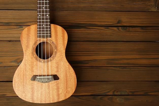 木製の背景にウクレレ楽器