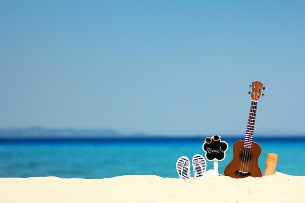 해변 근처 여름에 바다로 모래에 우쿨렐레