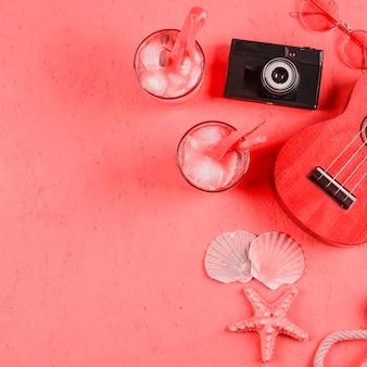 ウクレレ;サングラス;貝殻カメラとサンゴのテクスチャ背景のカクテルグラス