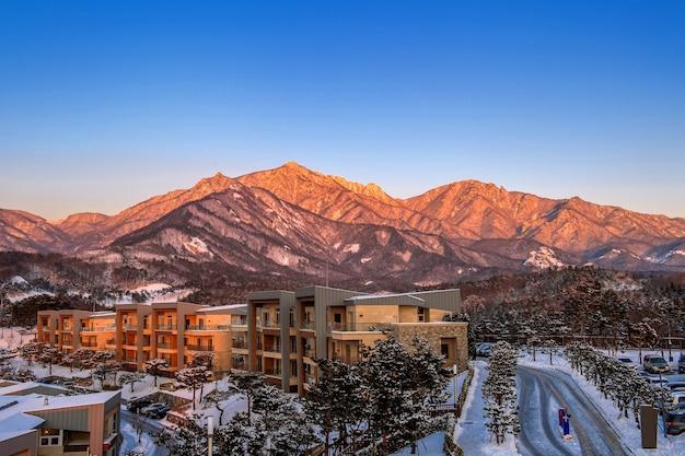 韓国、冬の雪岳山の蔚山バウィ岩。