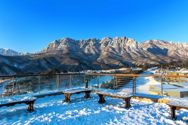 Утес ульсан бави в горах сораксан зимой, южная корея.
