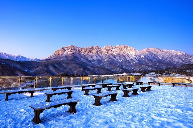 Скала ульсан бави в горах сораксан зимой, южная корея