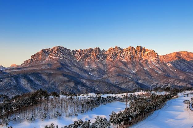 韓国、冬の雪岳山の蔚山バウィ岩
