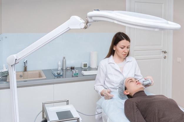 Ультразвуковая терапия. smas лифтинг. процедура по уходу за кожей. индустрия красоты.