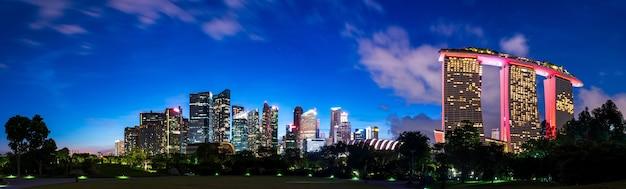 황혼에 싱가포르 스카이 라인의 울트라 와이드 파노라마