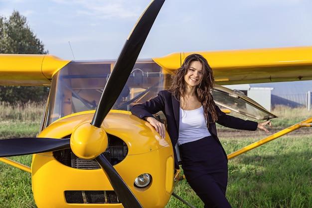 超軽量飛行機と笑うブルネット。