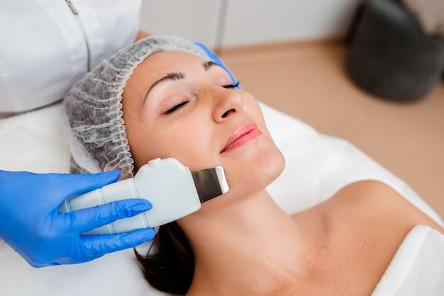 女性の顔の超音波洗浄。