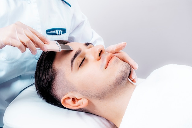 Ultrasonic face cleaning for men.