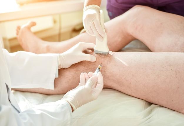 Инъекция богатой тромбоцитами плазмы в колено под контролем ультразвука.