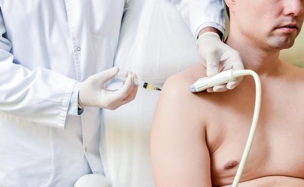 Инъекция богатой тромбоцитами плазмы в плечо под контролем ультразвука.