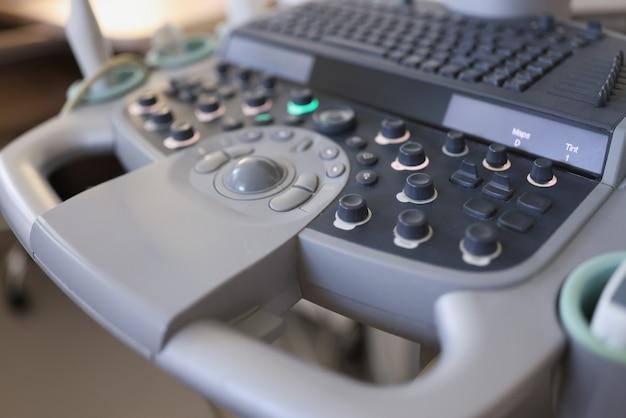 Ультразвуковой аппарат для диагностики заболеваний в клинике крупным планом