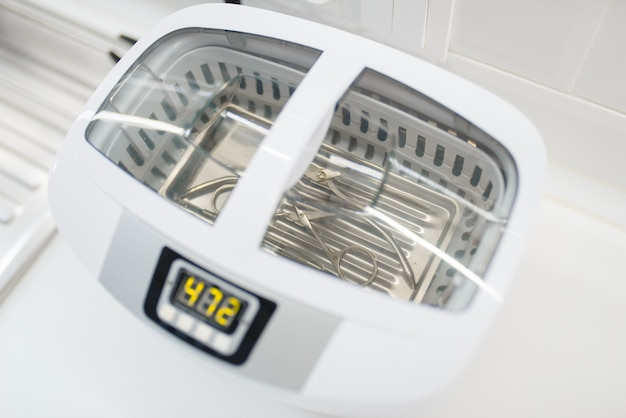 Ультрафиолетовый стерилизатор для маникюрного и педикюрного оборудования, чистка инструментов.