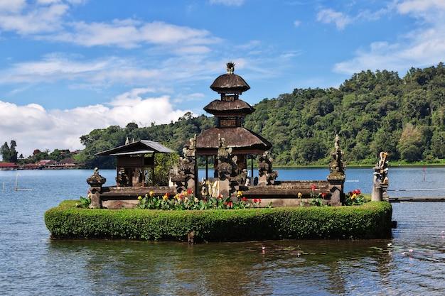 Храм улун дану братан на бали, индонезия