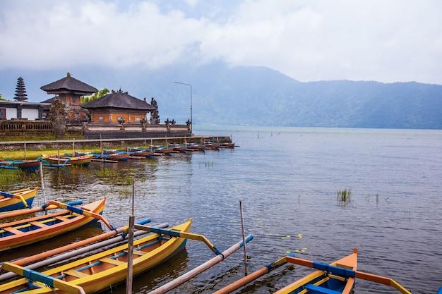 ウルンダヌ寺院ベラタン湖。エキゾチックな観光。赤道の残りの部分。バリ島インドネシア