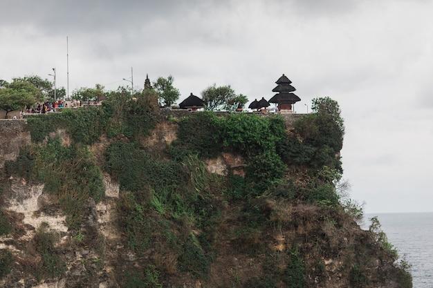 Uluwatu 사원 pura luhur uluwatu는 uluwatu에 위치한 발리 힌두교 바다 사원입니다. 절벽 위에 자리 잡은 웅장한 위치로 유명합니다.