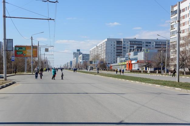 울리야노프스크, 러시아 - 2019년 4월 20일: 차가 없는 도시. 행성에 휘발유가 떨어졌습니다. 한계 연료 가격. 자동차로 인한 유해물질 배출이 없는 친환경 도시. 맑은 공기. 맑은 날.