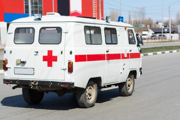 Ульяновск / россия - 20 апреля 2019 г .: уаз-452 - семейство внедорожных фургонов, выпускаемых ульяновским автомобильным заводом (уаз) с 1965 года. полноприводный фургон уаз-3962 «санитарка» распространен в сельской местности россии.