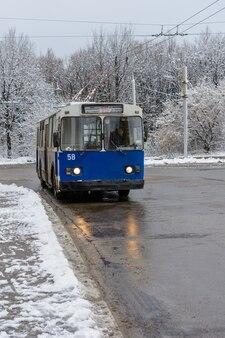 Ульяновск, россия - 03 декабря 2019 г .: старый троллейбус зиу-10 на остановке общественного транспорта в зимний солнечный день. экологически чистый транспорт.