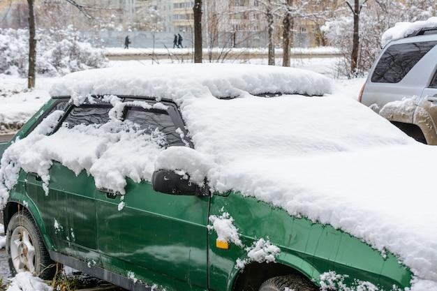 울리야노프스크, 러시아 - 2019년 12월 4일: 신선한 하얀 눈으로 덮인 자동차, 눈보라 후 눈으로 덮인 자동차