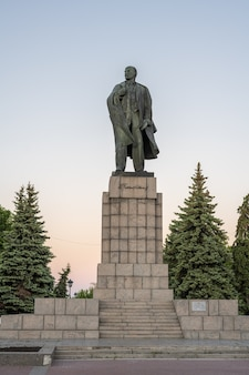 울리야놉스크(심비르스크), 러시아 - 2021년 7월 25일: 울리야놉스크에 있는 레닌 기념비는 1940년 4월 22일 레닌 광장에 세워졌습니다. 그것의 저자, 저명한 소비에트 조각가 manizer.