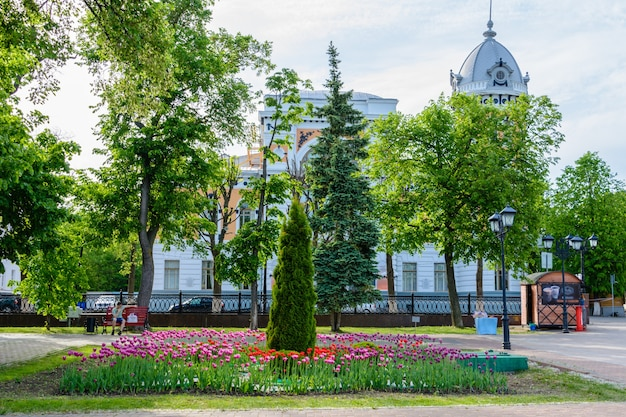 울리야노프스크(심비르스크), 러시아 - 2018년 5월 25일: 유명한 작가 ia goncharov의 이름을 따서 명명된 지역 설화의 울리야노프스크 지역 박물관. 크라운 애비뉴. 러시아 울리야놉스크의 볼가 제방.
