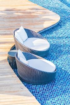 旅行休暇のための海の海の景色を望むホテルリゾートの屋外スイミングプールの周りの傘と椅子