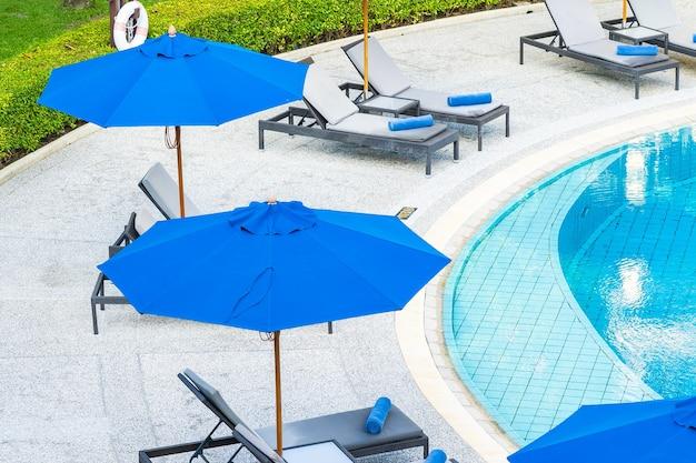 호텔 리조트의 야외 수영장 주변의 우산과 의자