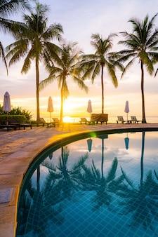 아침에 일출과 함께 호텔 리조트 수영장 주변의 우산과 의자