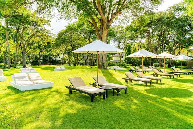 日光浴やリラックスのための庭の傘と椅子