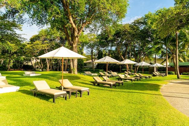 日光浴のための庭の傘と椅子