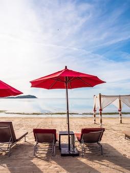 傘と熱帯のビーチの海と海の上の椅子