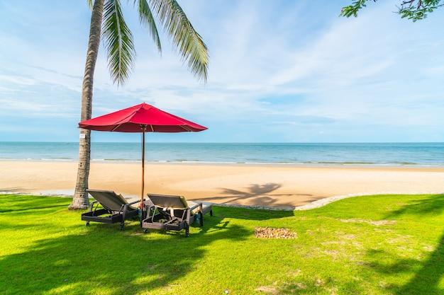 Зонтик и кресло с видом на море и океан в курортном отеле для концепции путешествия в отпуск