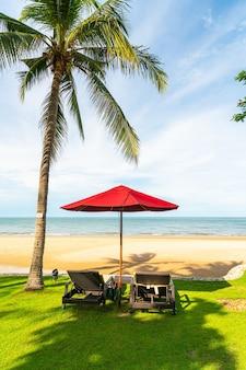 Зонтик и стул с видом на море и океан в курортном отеле для концепции путешествия в отпуск