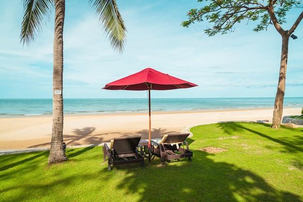 휴가 휴가 여행 개념 호텔 리조트에서 바다 바다를 볼 수있는 우산과 의자