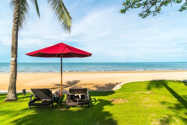 휴가 휴가 여행 컨셉을 위한 호텔 리조트의 바다 전망이 있는 우산과 의자