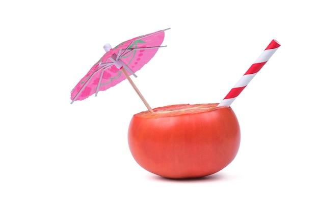 白い背景の上の孤立したトマトの傘とカクテルチューブ。新鮮な野菜ジュースの消費の概念。