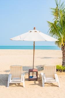 해변 주변의 우산과 갑판 의자