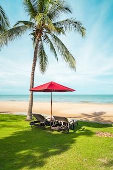 ビーチの傘とデッキチェア